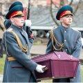 FOTOD: Sõrvelt leitud Nõukogude sõduri surnukeha viidi matusteks Venemaale