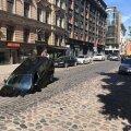 VIDEO ja FOTOD | Riias sõitis auto soojatrassi katsetusel tekkinud auku