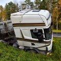 Voeuato sõitis Viljandimaal kraavi