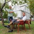 Tehtud: Kristjan Peäske (seisab) ja Janno Lepik vastse restorani õuel.