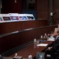 Senati liikmed tutvumas reklaamidega.