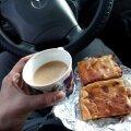 Кофе со сливками и горячий кекс