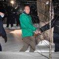 Aleksei Navalnõi pärast 30 päevaks vahi alla võtmise otsust Himki politseijaoskonna juures.