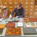 Ajaloomuuseumi fotokogu teadur-kuraator Joel Leis ütleb, et fotodele on kõige kahjulikumad kiletaskutega albumid, aga paberalbumites annab fotosid säästa happevabade vahepaberitega.