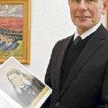 Ärimees ja kunstimetseen Enn Kunila oma kunstikogu albumiga, taustaks tema suur lemmik Konrad Mägi