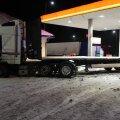 ФОТО   Водитель грузовика протаранил на заправке фургон, колонку и опору