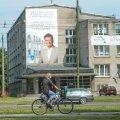 Nelja aasta eest leidsid osad Tallinna keskerakondlastest ametnikud, et raha nappusel võib enesele valimisreklaami teha ka pealinna raha eest. Ujuda Sõle tänaval siiski veel ei saa, väike lootus on, et täpselt enne valimisi lastakse basseini vesi sisse.