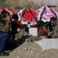 Leinajad Armeenia-Aserbaidžaani konflikti käigus surma saanud sõduri haua juures Xankəndis.