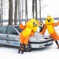 Vudila Hõbekalal 2013 loositud auto, koos Vudila mängumaa maskottide Vuttidega