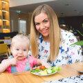 Kerli on rahul, et tema aastane tütar Rosanna sööb juba iseseisvalt lusika ja kahvliga, pistes vahel toitu suhu ka kätega. | Fotod: Merit Hirvoja-Tamm, Lauri Kulpsoo, erakogu