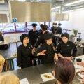Restoranipäeva peakokad Grete Hartwich ja Anneliis Tšitškan selgitavad ettekandjaõpilastele, kuidas roogasid klientidele tutvustada.