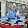 Sigrid Landing näitab Ullo Toomi raamatu uustrükki.