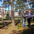 Tallinna spordi- ja noorsooameti juht Rein Ilves (paremal) tutvustab linnaosavanemale Tiit Terikule (keskel) detailplaneeringu materjale