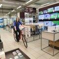 Hansaposti esinduskauplus Järve kaubanduskeskuse klienditeenindaja Jelena Grigorjeva esitleb üht müüdavamat artiklit - jalgratast.