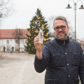 Ettevõtja Tarmo Virki sõnul tuli kesklinna jõulukuuse pudelisse panemise idee tema naisel Maarit Pööril novembri algul.