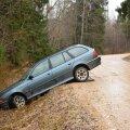 BMW sõitis Viljandimaal kraavi