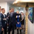 Coop Panga aktsia esimene börsipäev. Börsijuht Kaarel Ots näitab Coop Panga aktsiat. 1,01 eurone avanemishind pani panga juhatuse liiget Hans Pajomad peast haarama