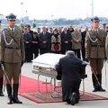 Vendade kohtumine: Foto on tehtud 11. aprillil Varssavi lennuväljal. Tõenäoliselt pidas Lech enne saatuslikku reisi oma vennaga nõu. Venelased ei tahtnud Lechi Katõnis näha. Poola president lendas sinna kutseta, peaaegu eraisikuna. Sarga ees põlvitav Jaroslaw võis panna oma vennale südamele, et ta jõuaks Katõni kõigist takistustest hoolimata. Afp