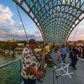 Turistid Tbilisis Vabaduse sillal