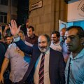 Pašinjan tähistab partei peakontoris valimisvõitu.