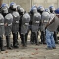 Meeleavaldaja elab oma protesti välja politseinike peal.