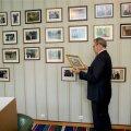 Mälusein Toomas Hendrik Ilvese kabinetis. Ajalugu täis fotoseinast saab omakorda ajalugu.