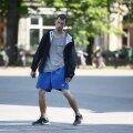 VIDEO JA FOTOD   Hommikutants Vabaduse väljakul. Räsitud nägemisega mees tuikus kui narkouimas piduline