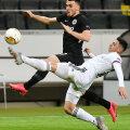 Филип Костич из Франкфурта соперничает с Бласом Риверосом из Базеля во время первого матча 1/8 финала Лиги чемпионов УЕФА
