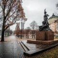 """Tammsaare park Estonia teatri taga, kuhu ihaletakse juurdeehitist. Pildil fookuses vastuoluline """"taksopeataja"""""""