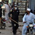 Pakistani politsei kontrollib liikumiskeeldu tänavatel. Täna kippusid seal paljud inimesed palvetamiseks kokku saama, kuigi riigis on kogunemised keelatud.