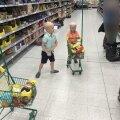 Kristel lastega supermarketis