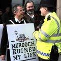 Pärast pealtkuulamisskandaali avalikuks tulemist nõudsid protestijad, et Murdoch lehtede juhtimisest tagasi tõmbuks. AFP/SCANPIX