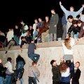 9. november 1989. Idasakslased ronivad üle Berliini müüri Brandenburgi värava juures.