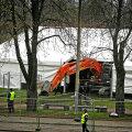 PRONKSIAEG SAI LÄBI: Reede hommikul  lõpetas Tõnismäele püstitatud telgis Pronksmehe taguse müüri lammutustööd punane ekskavaator.