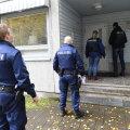 Politseinikud kahtlusaluse ühiselamu juures