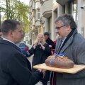 VIDEO | Põllumehed kinkisid Ratasele Brüsselis leiva, aga veerandi suuruse kääru lõikasid ära!