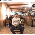 Isa Khalilov poseerib kuldse relva ja traagilise numbrimärgiga oma perekonna kohvikus.
