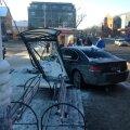 FOTOD: Pärnus sõitis BMW bussiootepaviljoni puruks