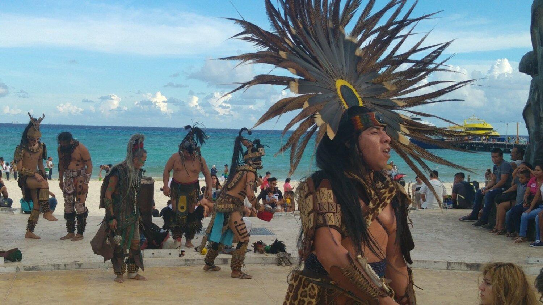 5b13b367057 Playa de Carmeni peaväljakul saab imetleda -indiaanlaste kaelamurdvaid  etteasteid.