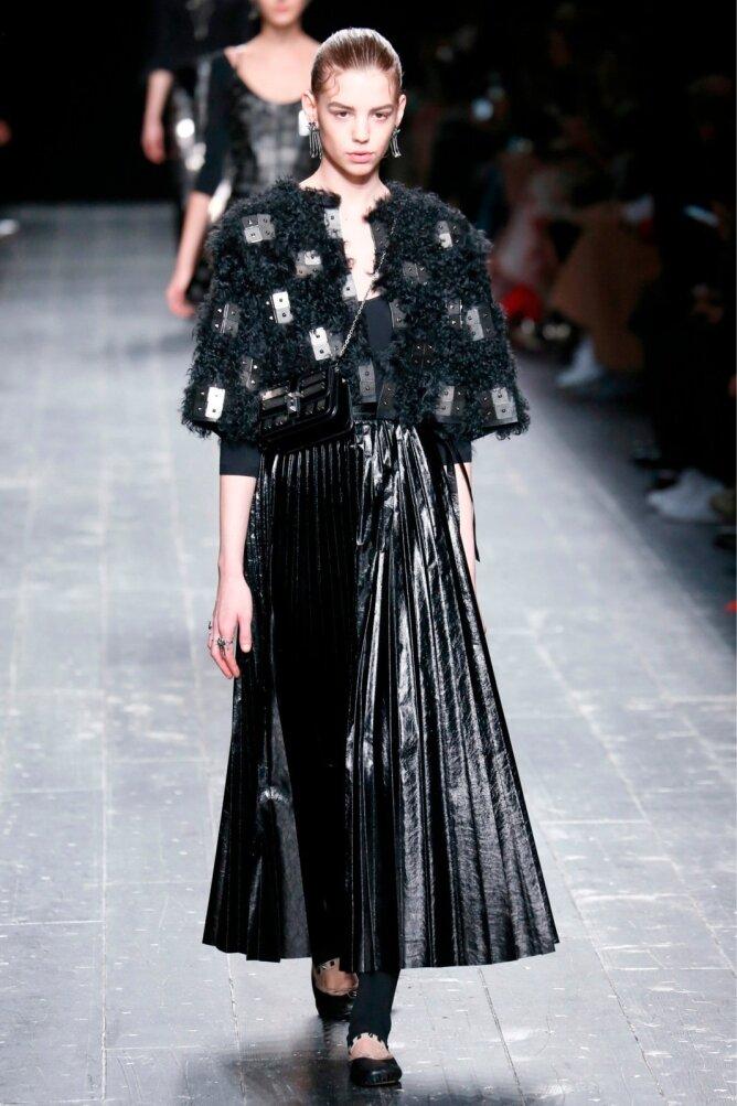d8a997d1e5f Valentino sügis- ja talverõivaste kollektsiooni must läikiv plisseeseelik  on sünge, stiilne ja iseloomuga rõivaese.