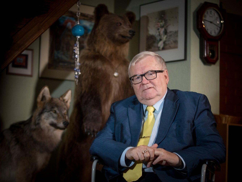 e24000bd93c Karu Kati ja Hunt Hugo valvavad peremehe tegemisi trepiorvas. Hunditopise  kinkis Edgarile aastaid tagasi lähedane võitluskaaslane Siret Kotka. Rauno  Volmar