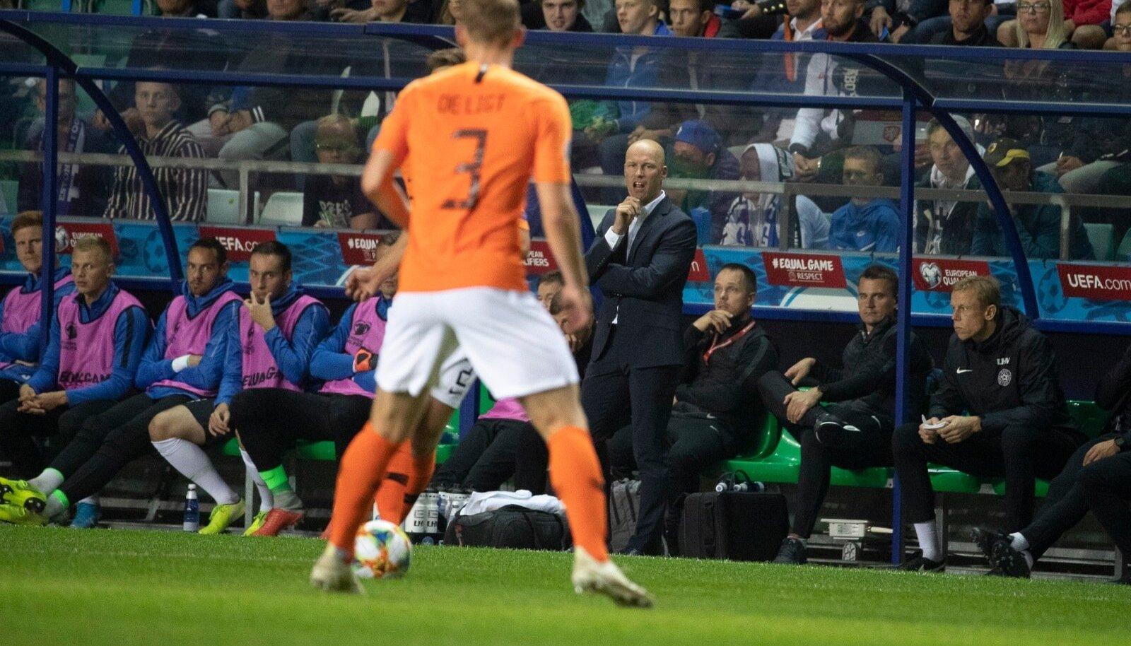 Karel Voolaidi ajastu koondise peatreenerina on alanud kahe nukra kaotusega. Sellest hoolimata oli Lilleküla staadionil olemas fännide valjuhäälne tugi, mida nii treener kui ka mängijad hiljem kiitsid.