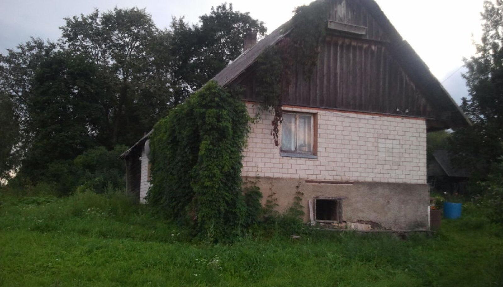 Tüdruk elas oma vanematega küllaltki eraldatud hajaasutusega külas väikeses majas.