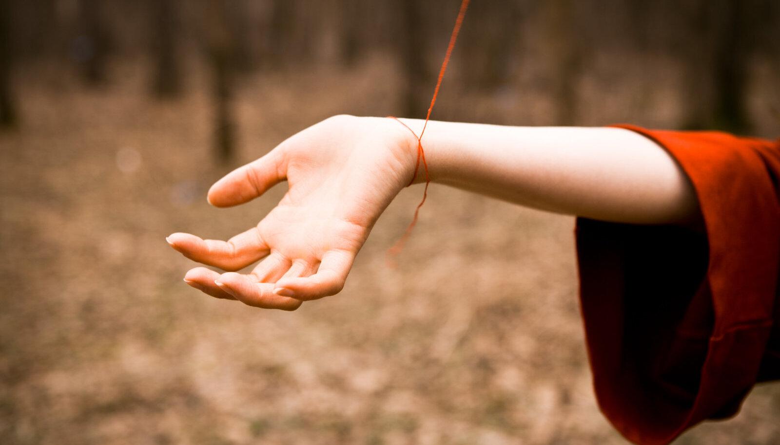 Raske talutöö tegemisel jäid naistel käed tihti randmeist kangeks ja hakkasid valutama, selle ravimiseks tuli randme ümber siduda punane lõng.