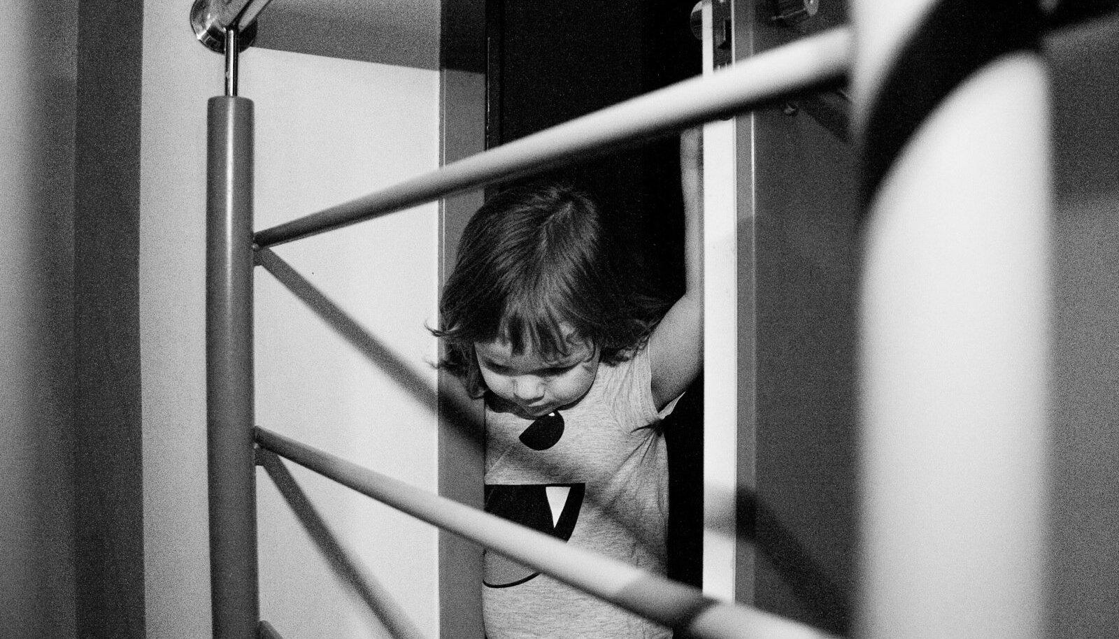 Soomes elanud eestlasest isa ja austraallannast ema peeti kinni seetõttu, et nad olid võtnud Soomes neist ajutiselt eraldatud ja asenduskodusse paigutatud lapse salaja kaasa ja põgenesid temaga riigist. Pilt on illustreeriv.