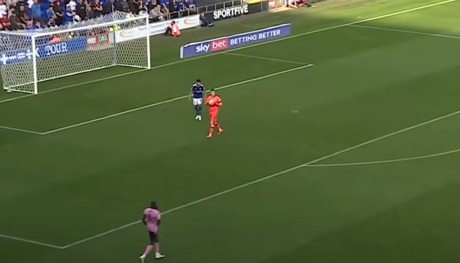 Macauley Bonne (sinises) ootab, kuni väravavaht palli käest lahti laseb.