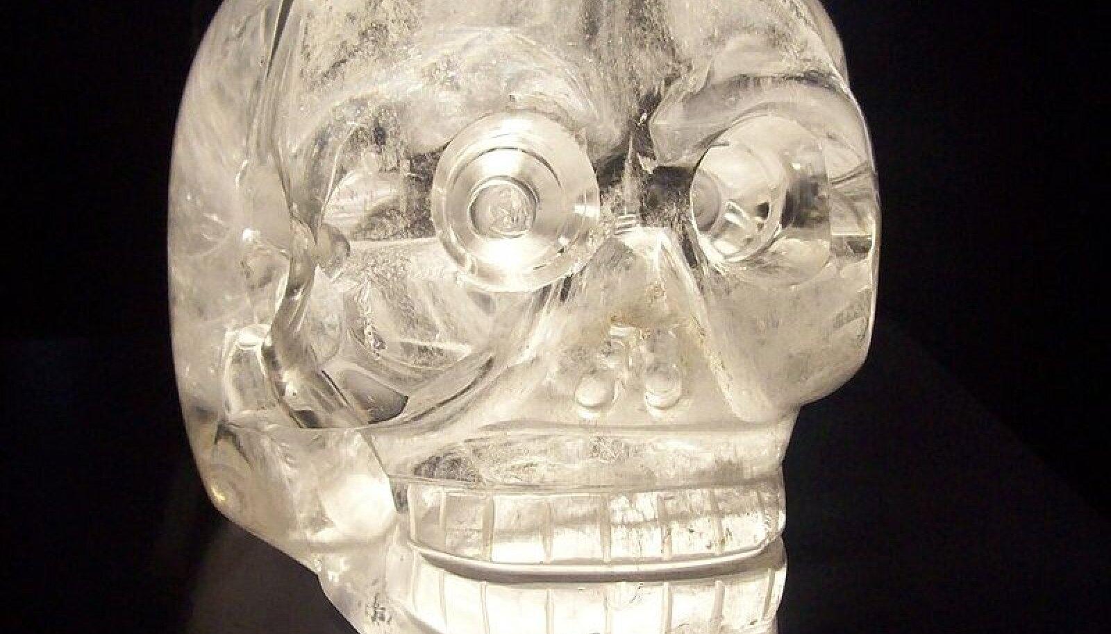 Kristallpealuu Pariisi muuseumis. Foto: Klaus-Dieter Keller