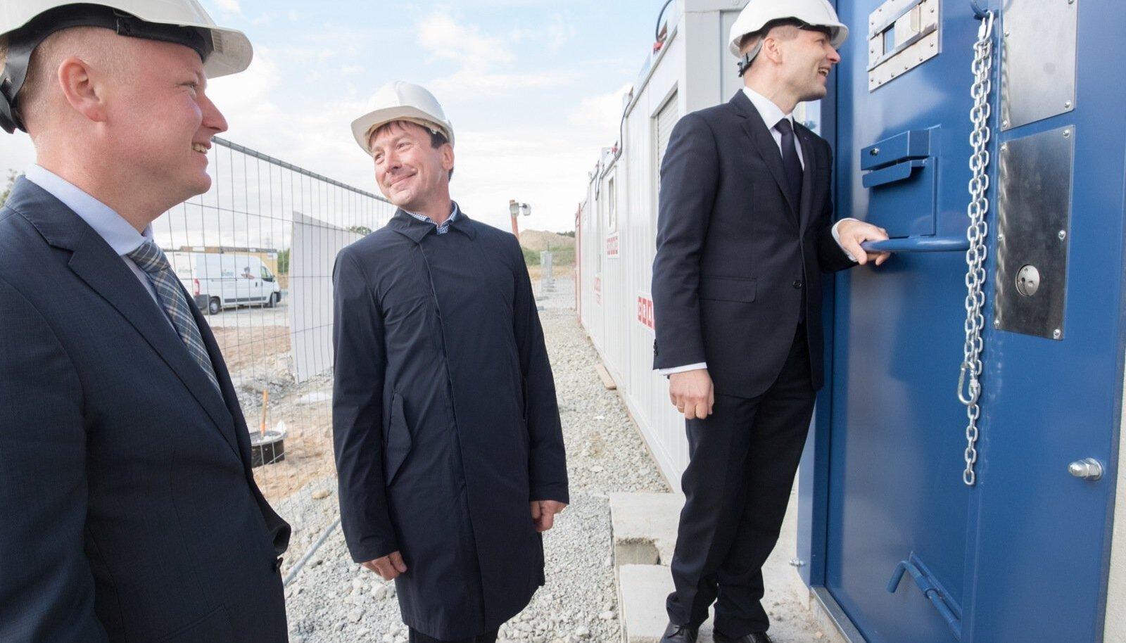 Ajal, mil võtit otsiti, hoidis Pevkur Reinsaluga sidet läbi vangikambri ukse.