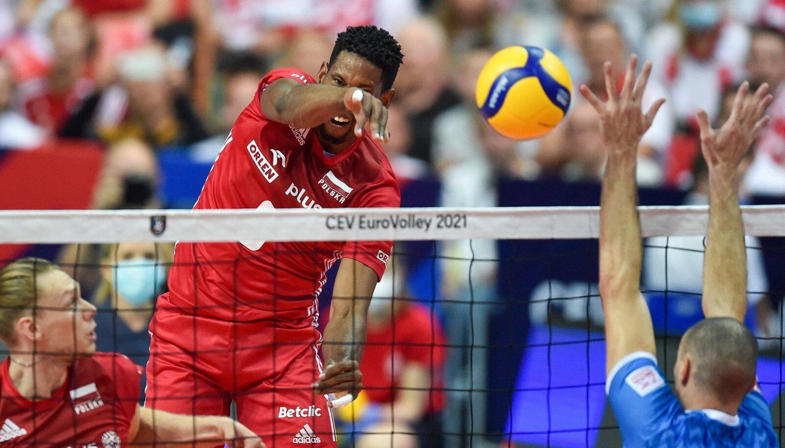 Poola võrkpallikoondis (punases) rünnakul.