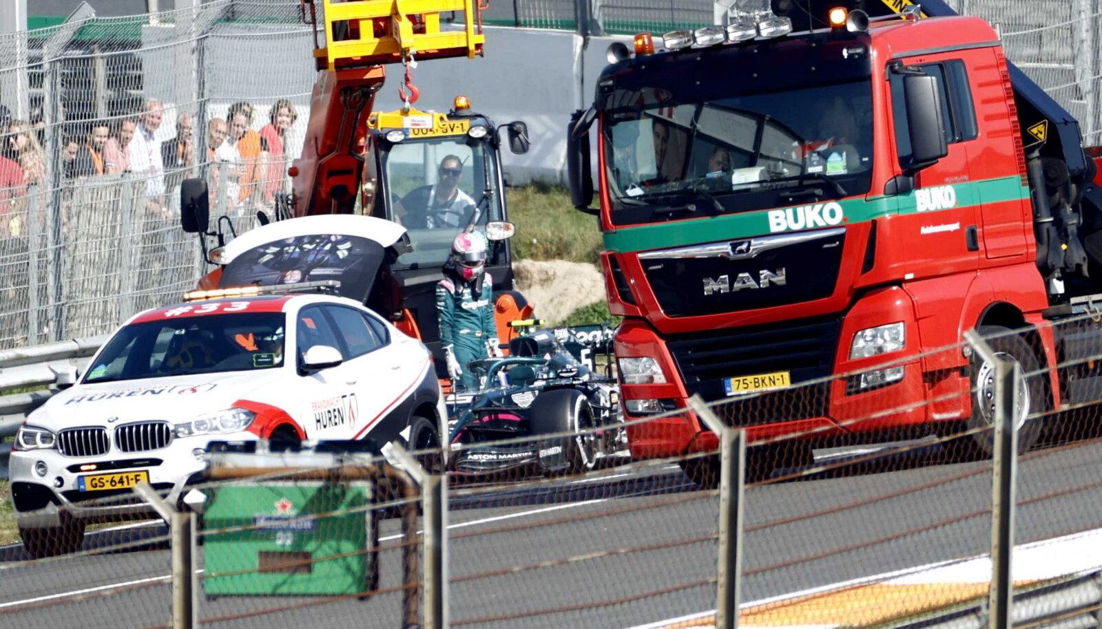 Sebastian Vetteli masin tuli puksiiriga boksiteele viia.